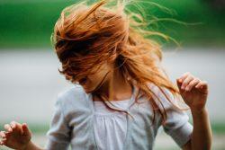 0-femme nature mouvement cheveux